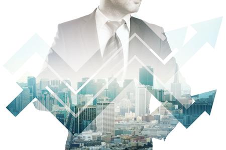 flèche double: Homme d'affaires en costume et tableau abstrait affaires flèches sur la ville de fond. Double exposition. concept de croissance financière