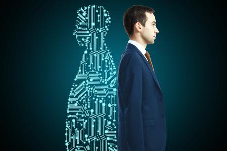 暗い背景に背中合わせに立っているデジタル パートナーを持ったビジネスマン