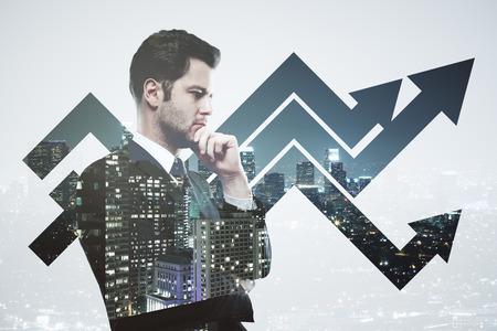 exposicion: Imagen creativa de negocios considerado en juego en el fondo creativo de la ciudad con las flechas del gráfico. el concepto de éxito. Exposicion doble