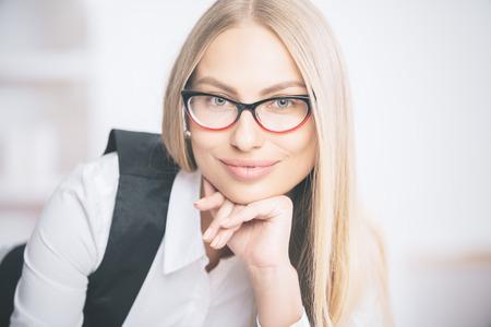 articulos oficina: Retrato de la hermosa empresaria caucásica sonriente en gafas y traje formal