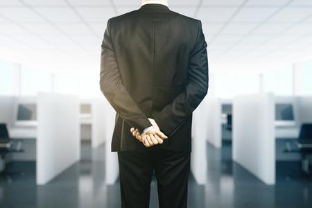 supervision: De negocios en juego con las manos cruzadas detrás de la espalda. concepto de supervisión