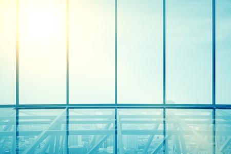 Vooraanzicht van de moderne transparante glazen interieur met uitzicht op de stad en zonlicht. 3D Rendering Stockfoto
