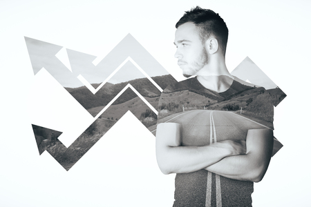 flèche double: jeune homme Handsome avec des flèches de tableau à la hausse sur fond de paysage. Success concept. Double exposition