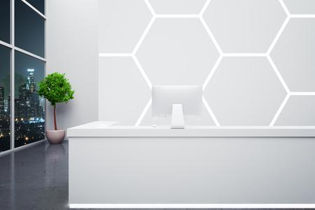 superficie: recepción moderna con el ordenador en el interior con forma de panal en la pared, plantas decorativas y vista nocturna de la ciudad. Representación 3D Foto de archivo