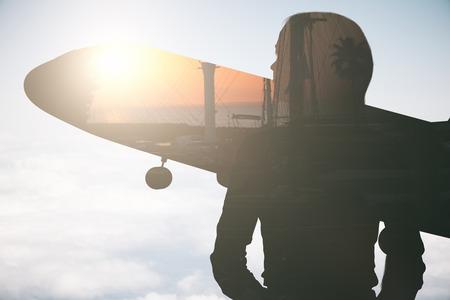 himmel hintergrund: Frau und Flugzeug Silhouetten auf Stadt und Himmel Hintergrund mit sunlilght. Urlaub Konzept. Doppelbelichtung
