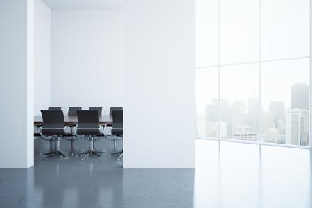 Intérieur moderne de la salle de conférence avec un mur en béton vierge et une vue sur la ville. Mock up, rendu 3D Banque d'images - 65555632