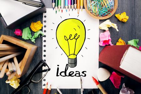 oficina desordenada: Vista superior del escritorio de oficina desordenada con suministros de colores y creativa bosquejo de la lámpara. concepto de la idea