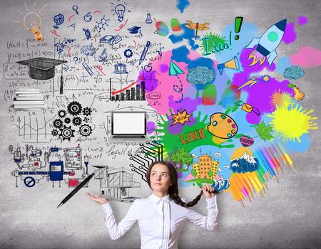 Creatief en analytisch denken concept. Verward meisje met kleurrijke schets op concrete achtergrond Stockfoto