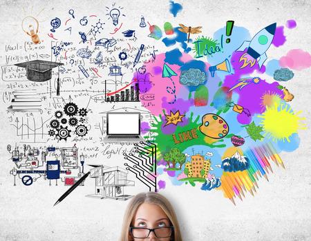 Concepto de pensamiento creativo y analítico. Mujer atractiva con el boceto de colores en el fondo de concreto Foto de archivo