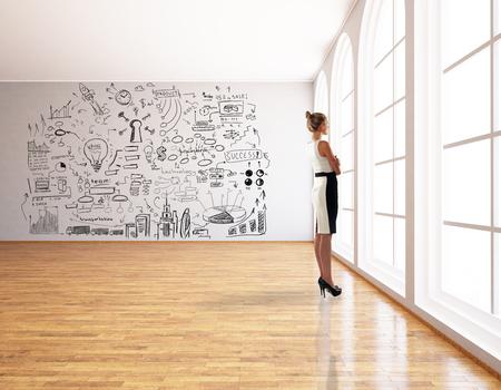 femme Réfléchi debout dans un intérieur moderne avec croquis d'entreprise créatrice. Success concept. rendu 3D Banque d'images