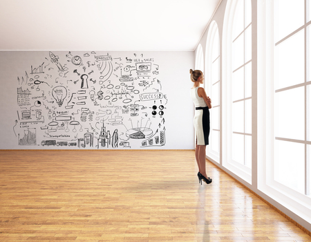 Donna premurosa in piedi in interni moderni con creativa abbozzo di business. Concetto di successo. Rendering 3D