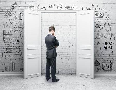 Imprenditore premuroso in stanza di mattoni con la porta chiusa e schizzo di affari. Concetto di ricerca. Rendering 3D