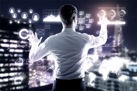 Jonge zakenman beheer van zakelijke grafieken op verlichte nacht stad achtergrond. management concept