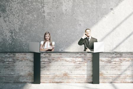 Aantrekkelijke jonge zakenman en vrouw op houten receptie in het interieur. 3D Rendering Stockfoto