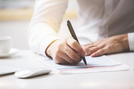 実業家署名契約。クローズ アップ。契約概念