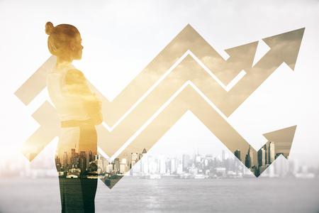 Aantrekkelijke vrouw op abstracte stad achtergrond met zakelijke grafiek pijlen. Dubbele belichting. succes concept
