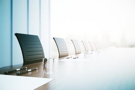 Sluit van omhooggaande lijst met materiaal in conferentieruimte. 3D-weergave