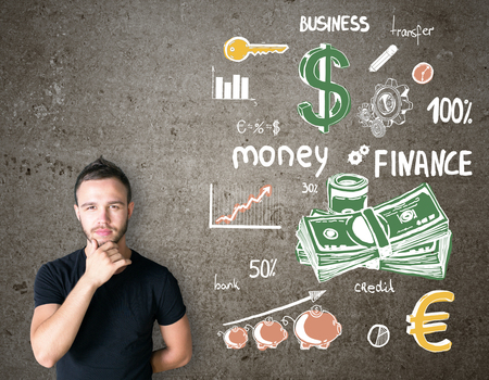 persona pensando: Joven empresario pensando y dibujo boceto financiera en la pared Foto de archivo