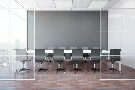 Vue de face de la salle de réunion moderne avec mur gris blanc, sol en bois, vue sur la ville et lumière du jour. Maquette, rendu 3D