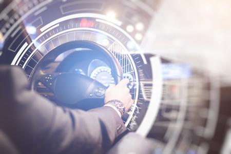 Achteraanzicht van zakenman bij auto wiel met abstract digitaal patroon. Toekomstig technologie concept