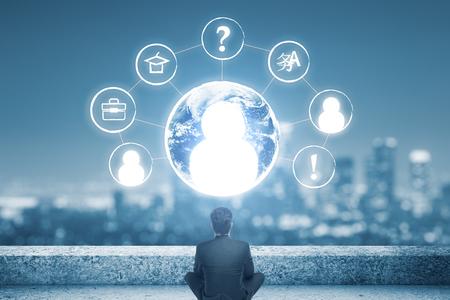 globe terrestre dessin: Vue arrière de la pensée d'affaires sur le toit en regardant les icônes RH abstraites. Embauche d'employés talentueux concept.