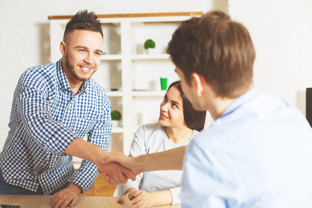 Knappe jonge man die na een interview voor een baanpositie is geaccepteerd. Succesconcept