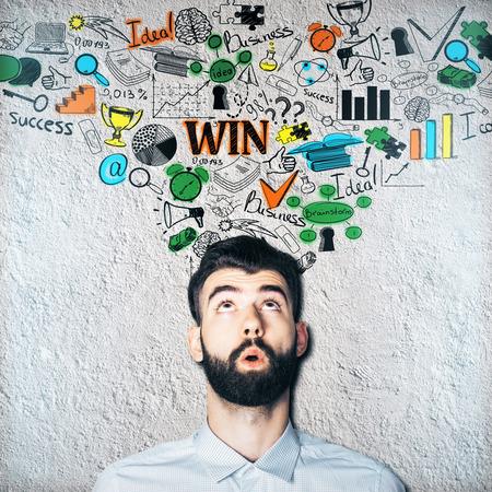 persona pensando: Hombre reflexivo con un bosquejo de negocios en el fondo de hormigón. concepto de la idea