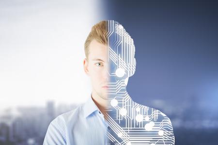Abstrakt halb Mensch, halb Roboter Kreatur auf verschwommen Stadt Hintergrund. Moderne Robotik Konzept Standard-Bild