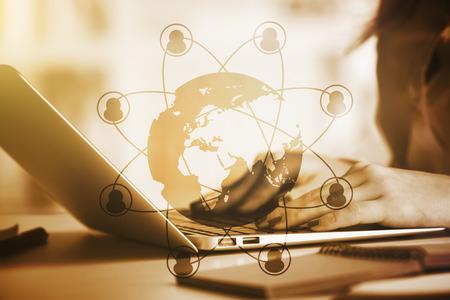 Zijaanzicht van vrouwelijke handen met behulp van laptop op het werk met wereldbol en verbonden hr pictogrammen. Werving concept. Getinte afbeelding.