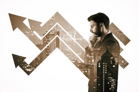 都市の背景に矢印で思いやりのある若い男の側の肖像画。成長の概念。二重露光