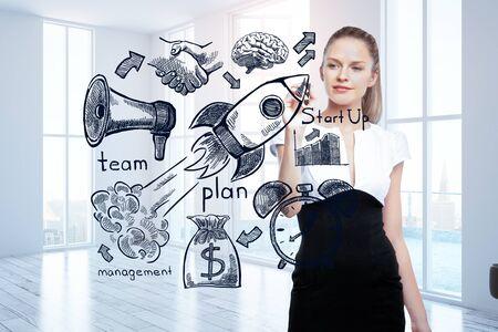 competencia: Atractiva chica caucásica dibujo cohete y otros iconos en el interior luminoso. joven empresario. Representación 3D
