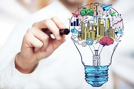 Cerca de la lámpara de dibujo de la mano masculina con iconos de negocios. Brainstorming concepto de nuevas ideas