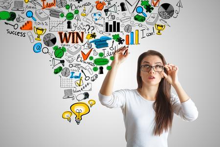 Attractiveyoung Europese vrouw tekening zakelijk schets op een grijze achtergrond. succes concept Stockfoto