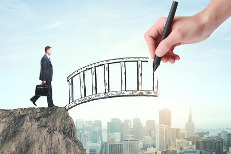 Abstract beeld van zakenman met aktentas kruising abstracte brug met de hand getekend op de achtergrond van de stad. Help concept