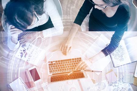 仮想インターフェイスを持つ現代の職場で最高のソリューションを探して 2 人の魅力的なビジネスウーマンの平面図です。技術とイノベーションの