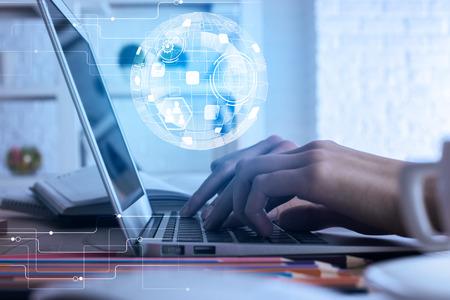 Vue de côté et gros plan de l'homme d'affaires à l'aide d'ordinateur portable avec projection de globe numérique, placé sur le bureau de bureau avec divers articles. Concept de communication Banque d'images - 83226952