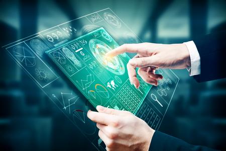 Zakenman met behulp van tablet met digitale business hologram op wazig kantoor interieur achtergrond. Technologie en toekomstconcept. 3D-rendering