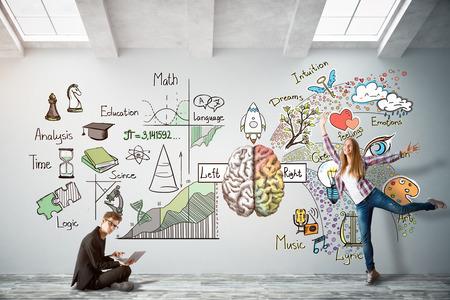 Mann mit Laptop und fröhlicher junger Frau im hellen konkreten Innenraum mit Gehirnskizze an der Wand. Kreatives und analytisches Denkkonzept. 3D-Rendering