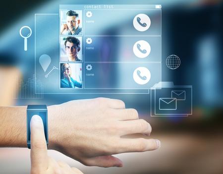 男の手のスマートな腕時計を用いた抽象的な媒体ホログラム。未来と通信の概念。3 D レンダリング 写真素材 - 83523179