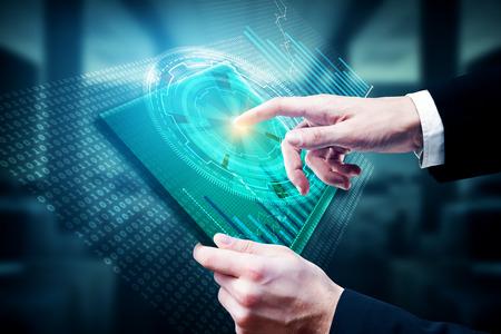 Zakenman die tablet met digitaal bedrijfshologram op onscherpe bureau binnenlandse achtergrond gebruiken. Technologie en touchscreen concept. 3D-weergave Stockfoto