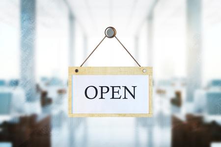 Houten bord met open tekst opknoping op wazig office interieur achtergrond. Werk concept. 3D-weergave Stockfoto - 83816282