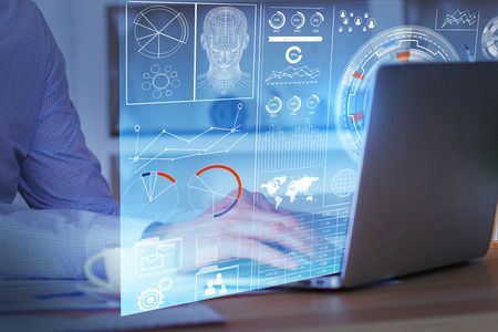 Zijaanzicht van zakenmanhanden die laptop met bedrijfsscherm gebruiken die het hologram op bureaudesktop wordt geplaatst met koffiekop. Financiën concept. Dubbele belichting