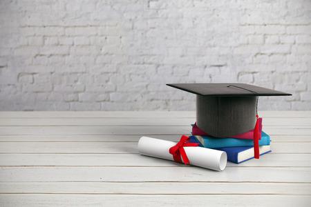 Czarny zaprawy murarskiej, książki i dyplom umieszczony na drewnianej powierzchni i tle ściany z cegły. Koncepcja edukacji. Renderowanie 3D Zdjęcie Seryjne