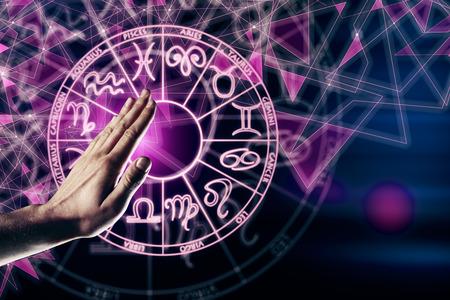 Hand met horoscoop cirkel horoscoop. Toekomst en waterman-concept