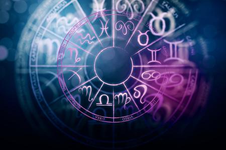 Zodial teken horoscoop cirlce op donkere achtergrond. Creatieve achtergrond. Symbool concept. 3D-weergave Stockfoto