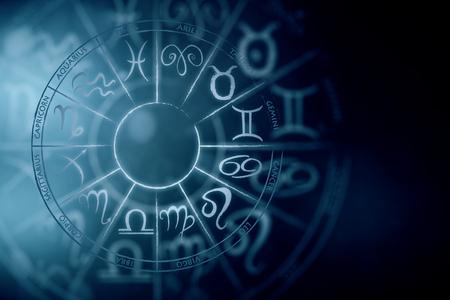 Zodial teken horoscoop cirlce op donkere achtergrond. Creatieve achtergrond. Astronomie concept. 3D-weergave Stockfoto