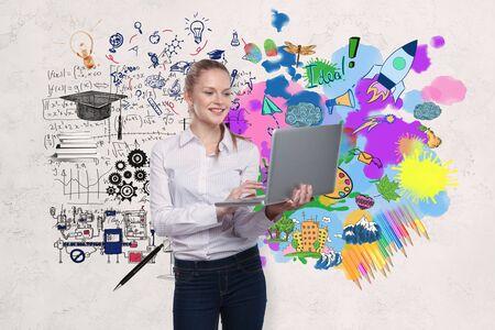 Sourire jeune femme d'affaires avec un ordinateur portable debout sur un fond de mur en béton avec un croquis d'entreprise. Concept d'éducation Banque d'images - 85904310