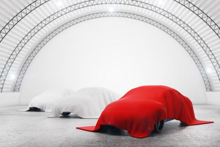 Abstrakter Lagerinnenraum mit Autos unter den roten und weißen Tüchern. Automobil-Konzept. 3D-Rendering Standard-Bild