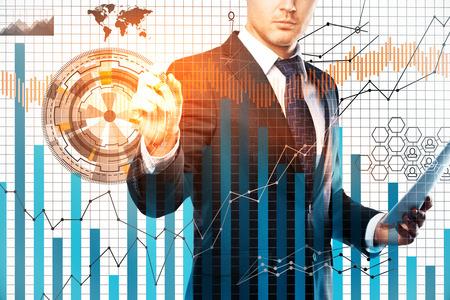 ビジネスマン白いグリッドの背景にデジタル ビジネス グラフを描画します。外国為替のコンセプトです。二重露光