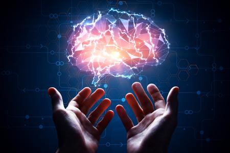 Mannelijke handen die abstracte gloeiende veelhoekige hersenen op blauwe achtergrond met digitale kring houden. Kunstmatige intelligentie concept. 3D-weergave